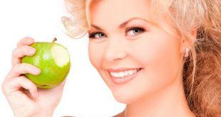 Красива жена с ябълка