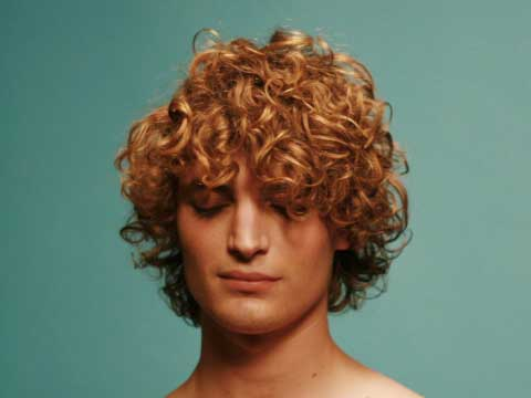 Мъжка прическа за къдрава коса