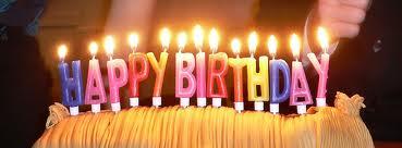 Свещички върху торта, изписващи пожелание за рожден ден