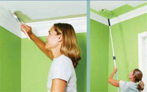 Минете първо ъглите на тавана с четка и след това включете мечето