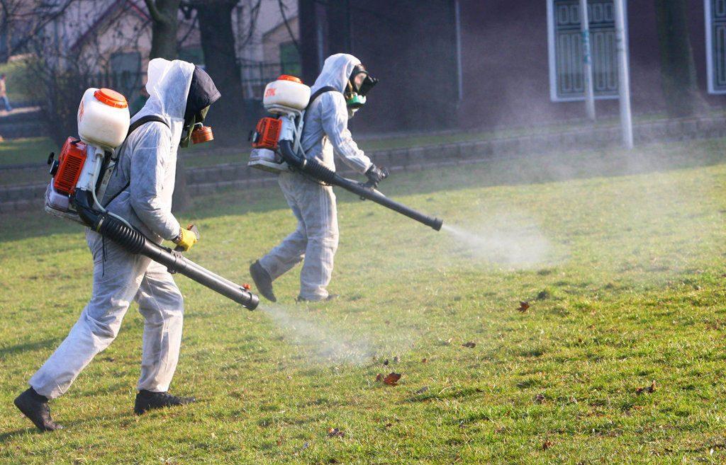 Обработване на тревните площи с химикали е най-ефективния начин за предпазване от кърлежи