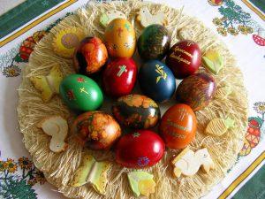 Шарени боядисани великденски яйца
