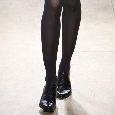 Жена дефилира на моден подиум с женски обувки