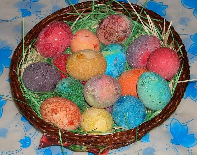 Кошница с великденски яйца