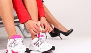 Жена завръзва връзките на маратонките си
