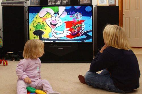 Деца гледат телевизия