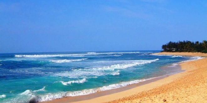 Златистият пясък и морската пяна радват окото при всеки поглед към него