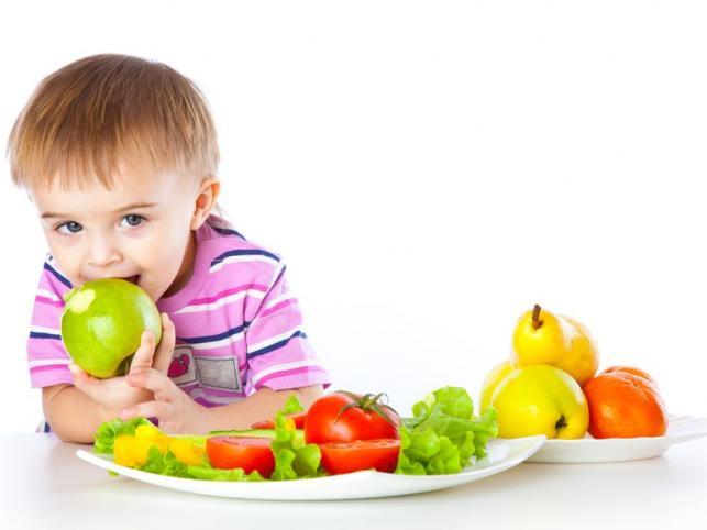 Дете яде ябълка