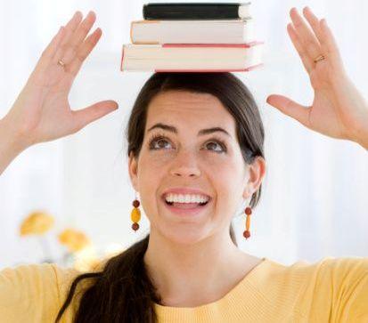 Жена с книги на главата