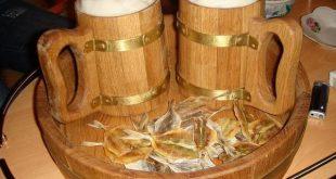 Бира в дървени чаши