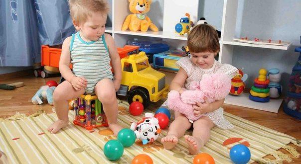 Деца и играчки