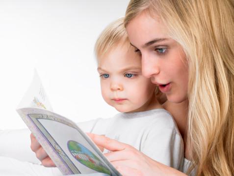 Мама чете на детето
