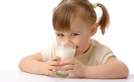 Дете пие млеко