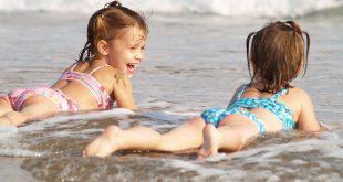 Децата обичат да се къпят в морето
