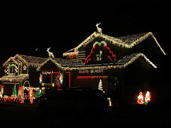Светлинна украса на къща