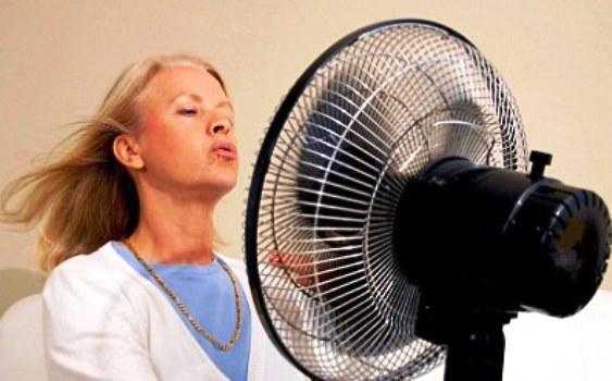 Жена пред вентилатор